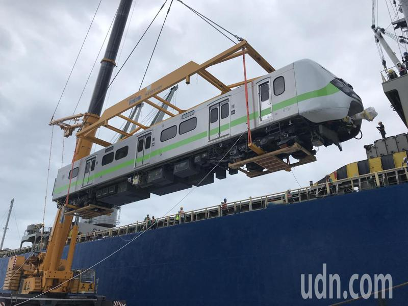 台鐵新採購的EMU900型通勤電聯車,今天在花蓮港上岸。記者王燕華/攝影