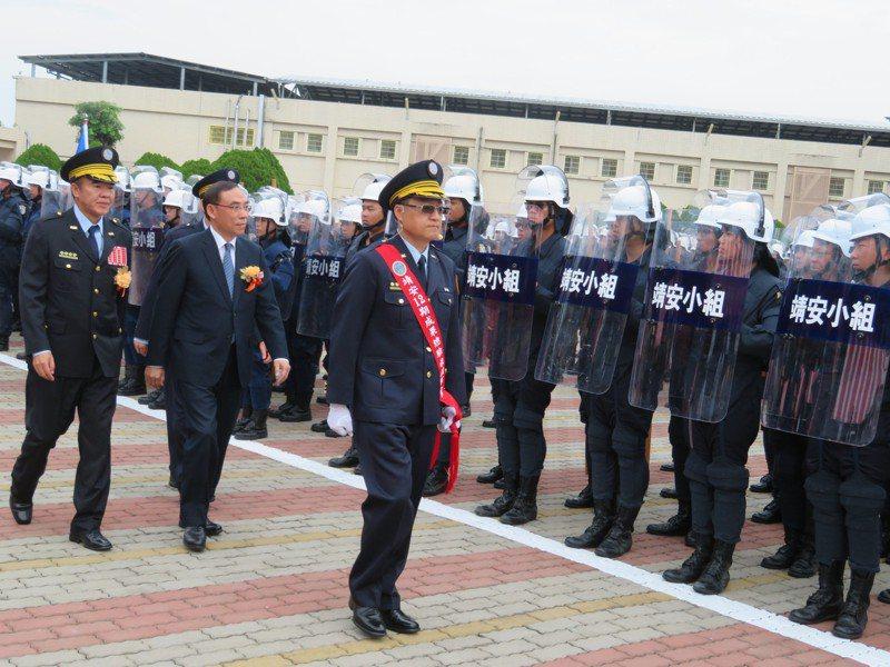 矯正署長黃俊棠陪法務部長蔡清祥(左二)校閱矯正署靖安小組第12期部隊。記者魯永明/攝影