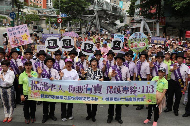 紫絲帶達人深入社區宣導「敬老不要虐老」。圖/新北社會局提供