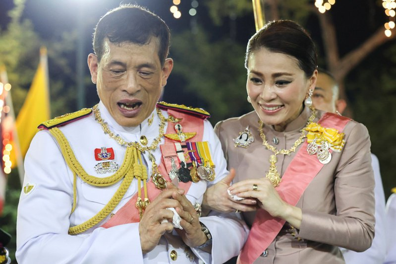 泰王瓦吉拉隆功(Maha Vajiralongkorn)與王后蘇堤達(Queen Suthida)23日出席已逝國王蒲美蓬·阿杜德的4周年紀念活動。路透