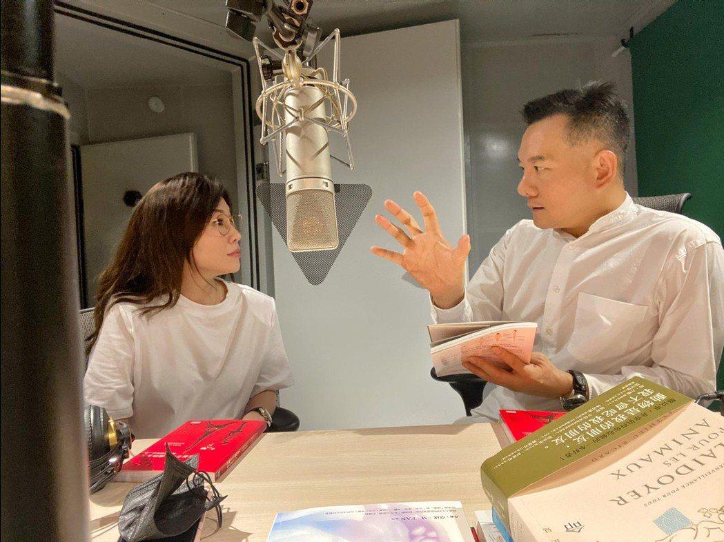 田定豐(右)邀KIMIKO一起伴讀。圖/混種時代提供