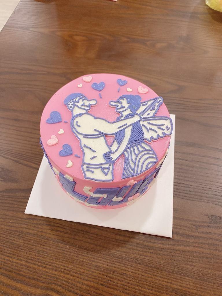 田定豐(左)送上以KIMIKO與老公的浪漫照片作畫的客製蛋糕。圖/混種時代提供