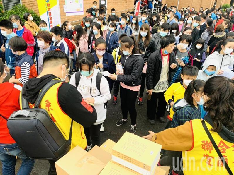 每名學生在比賽結束後都獲贈一本「創意如泉湧」,書中集結去年作文大賽優勝者的作品。 記者張議晨/攝影