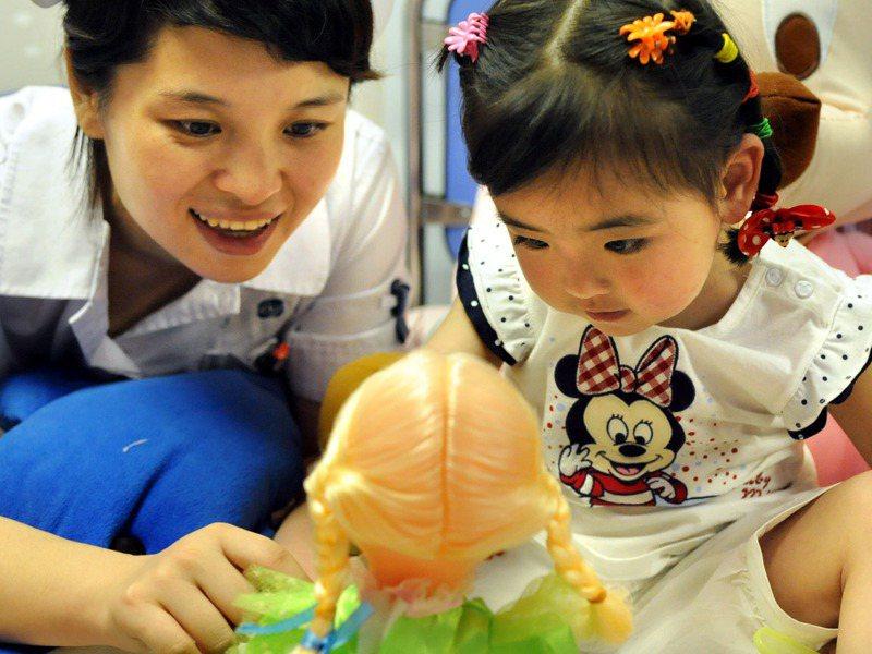 美泰兒也引用研究支持論證玩娃娃對孩子的影響,研究者持續觀察4到8歲孩童玩娃娃可促進孩子腦部發展。新華社