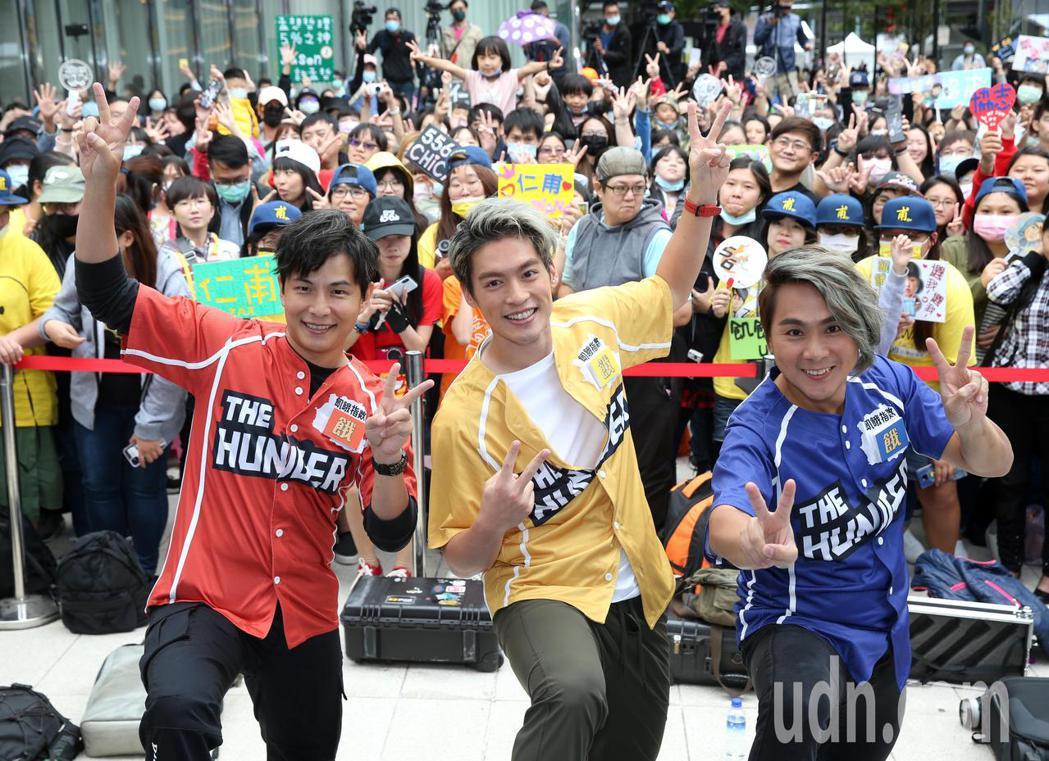 飢餓遊戲開播四週年見面會下午舉行,孫協志(左)、王仁甫(右)、許孟哲(中)出席。...