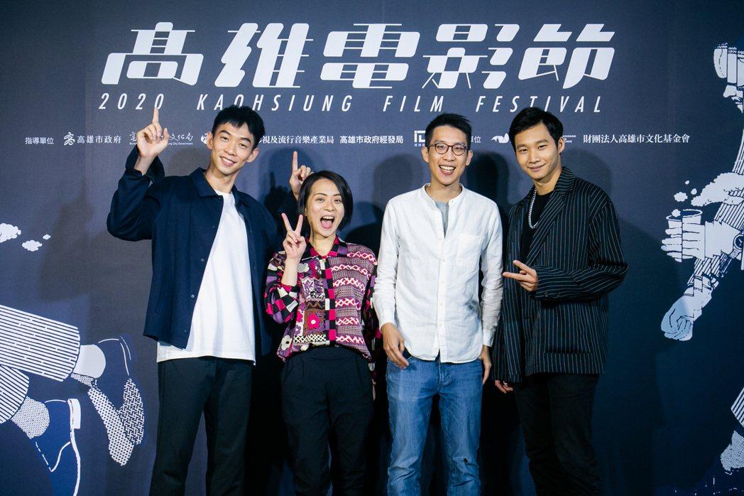 「沒有網路的一天」演員左起王可元、製片沈俞樺、導演葉宗軒、演員黃冠智出席首映活動...