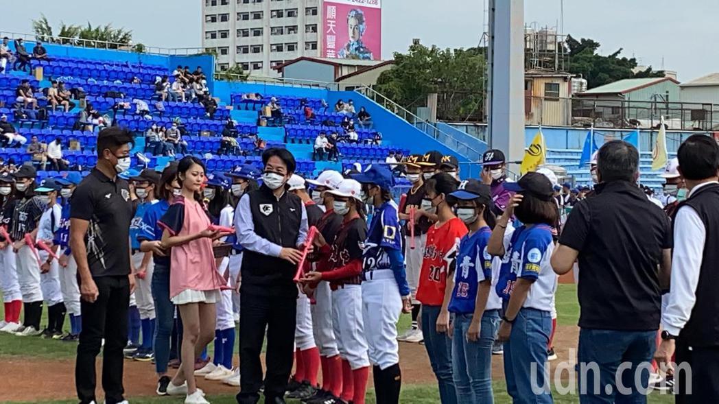 副總統賴清德昨天到中職觀賽、今天擔任「台灣甲子園」黑豹旗青棒賽開球貴賓,被網友戲