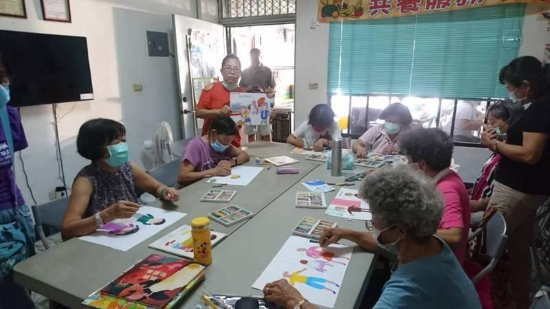 台南市青陽關懷協會「千歲公嬤家暴宣導團」創作繪本,明天演出。圖/王貴花提供
