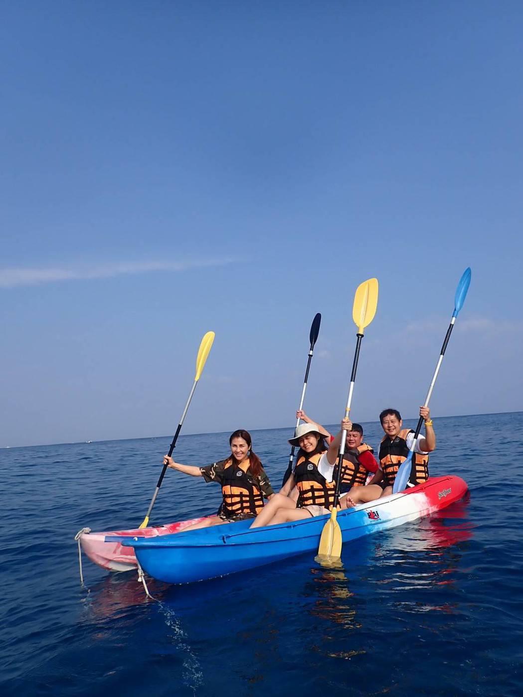 梁佑南和女兒方琦到小琉球做公益活動,順道旅遊玩獨木舟。圖/民視提供