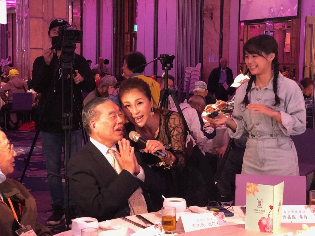 梁佑南(中)帶女兒方琦參加台北仁濟院重陽敬老活動,為獨居長者獻唱。圖/民視提供