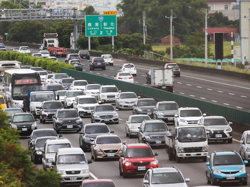 都會區國道上下班尖鋒時段塞車成常態,學者再提取消20公里免費、橫向國道收費,抑制短途車輛減少塞車。圖/聯合報系資料照片