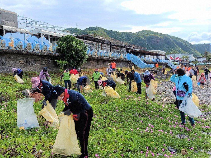 屏東縣環保局昨天在枋山鄉莿桐腳遊憩區旁海灘舉辦「秋季淨灘全民動起來」淨灘比賽,半天就清出552公斤垃圾。記者潘欣中/翻攝