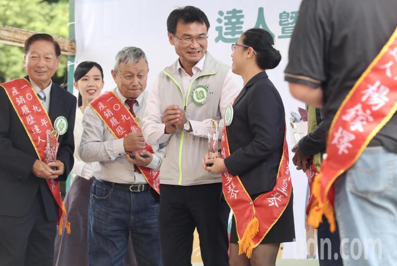 農委會主委陳吉仲(中),出席109年產銷履歷達人暨卓越貢獻獎頒獎典禮,頒獎後向得獎人恭喜致意。記者林俊良/攝影