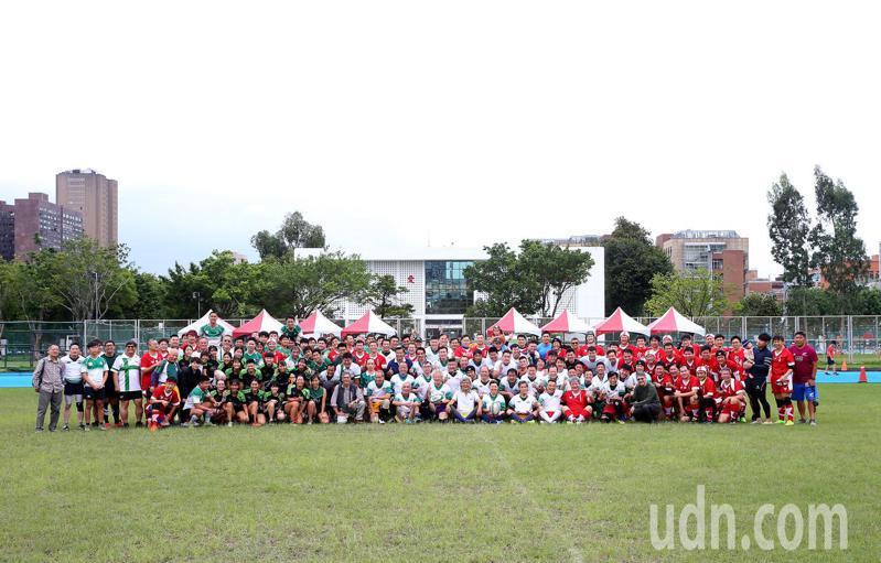台灣大學橄欖球隊今天舉辦75週年隊慶,在台大田徑場進行多場交流賽,多位畢業隊友很多都是社會重要人物。記者余承翰/攝影