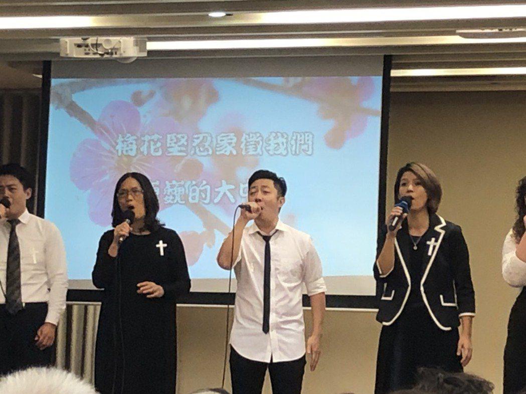 艾成(中)為江文雄告別式獻唱歌曲緬懷。記者陳建嘉攝