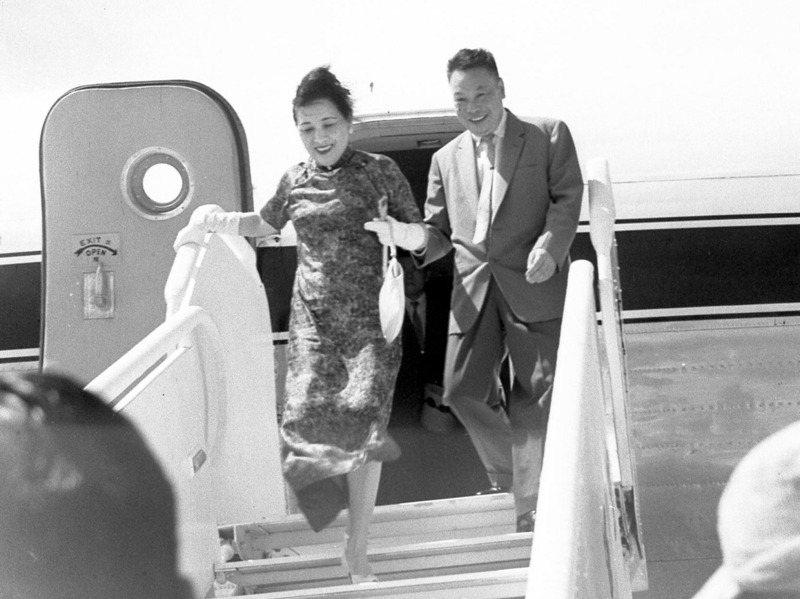 1959年6月18日,蔣宋美齡以私人資格赴美訪問一年後,乘「中美」號專機歸來。專機在台北松山機場著陸後,蔣經國登機迎接。圖/聯合報系資料照片