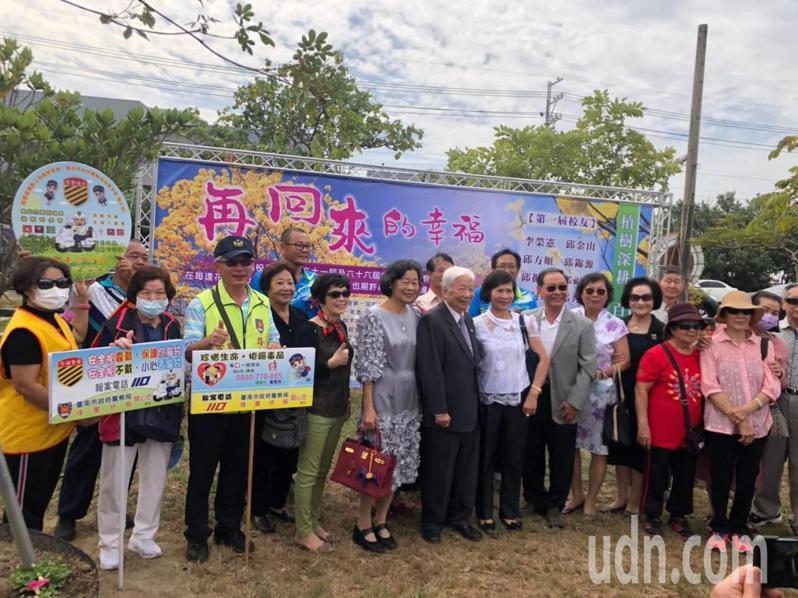 台南市七股篤加國小60周年校慶,共同種下16棵黃花風鈴木,花語是「再回來的幸福」。記者吳淑玲/翻攝