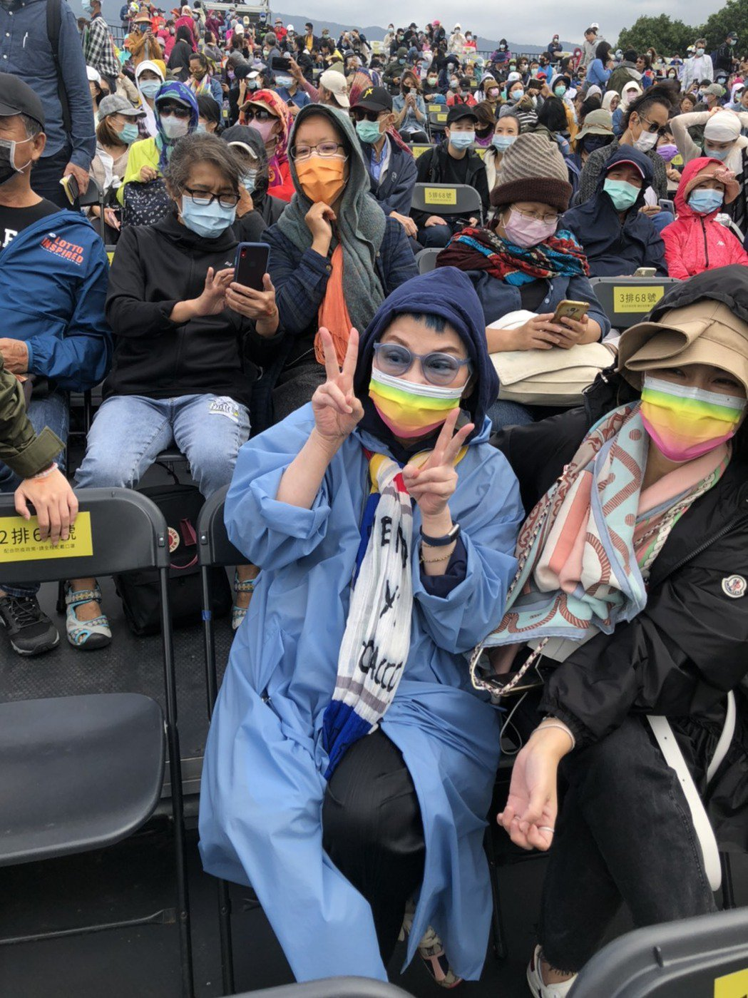 張小燕聽到媒體要幫她拍美照,開心比ya。記者王郁惠/攝影