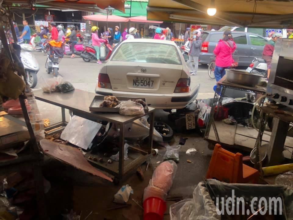 老婦在虎尾菜市場倒車失控撞進店家並撞傷3名路人,現場一片混亂,警方趕緊將傷者送醫...