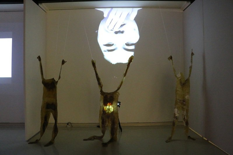 科技藝術類第1名由藝術家陳新偉奪得,作品「異類之於同體」由3張身體翻模的外皮吊掛在展場中,再使用投影機將影像打映在人皮與展牆。記者江婉儀/攝影