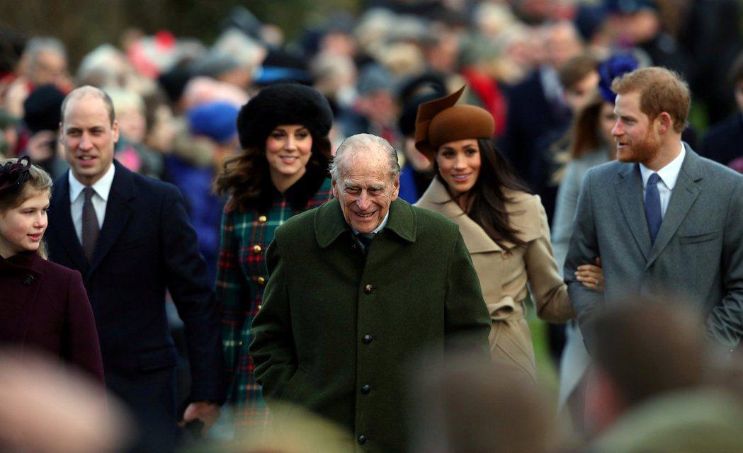 菲利普親王(中),本來和兩個孫子威廉(左二)、哈利(右一)都很親近。圖/路透資料...