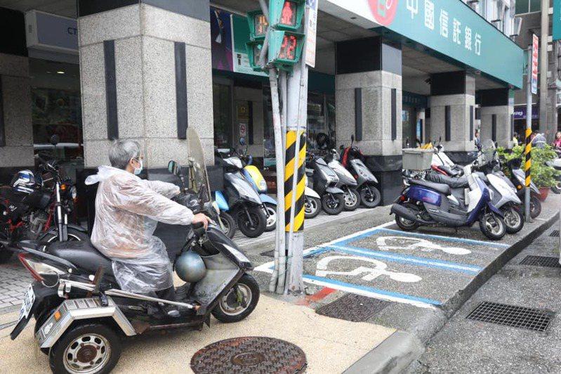 基隆有身障停車格被各方擋道,導致身障者無路可進去停車。圖/議員童子瑋提供