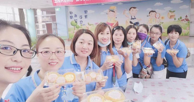 彰化縣二林新住民關懷協會成員到中正國小,與老師一起製作月餅。圖/二林新住民關懷協會提供