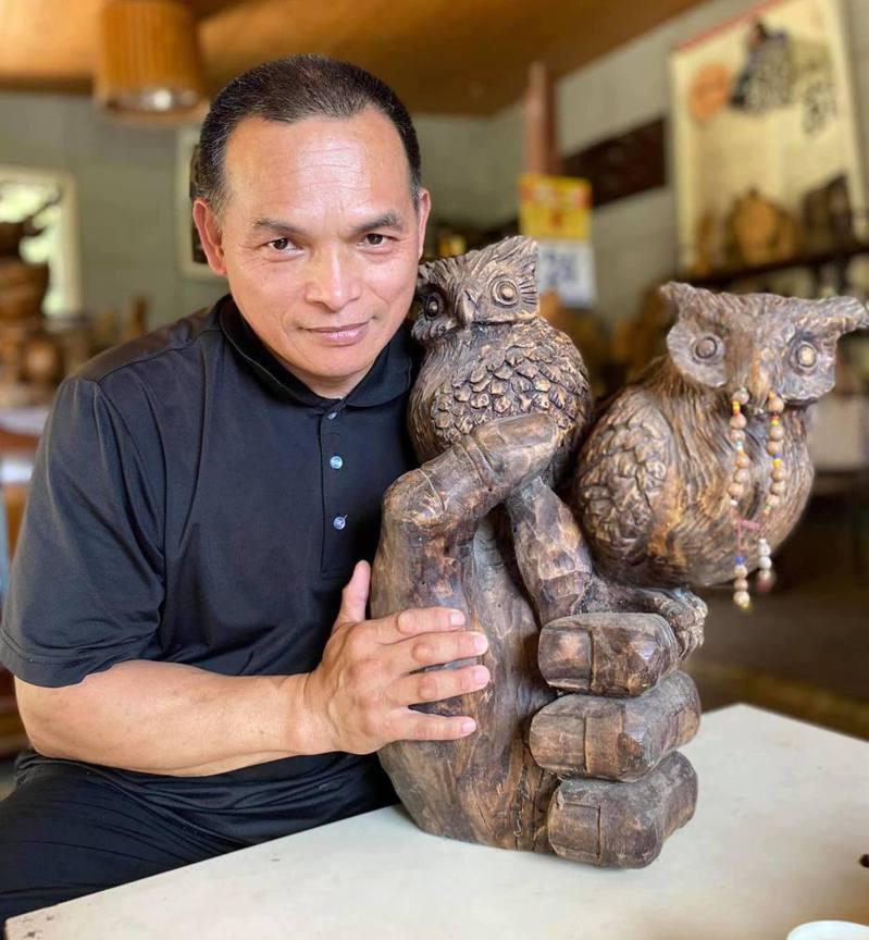 台東縣木雕家邱馮廣田是軍人退役後半路出家學木雕,在木雕界拚出個人品牌。記者尤聰光/翻攝
