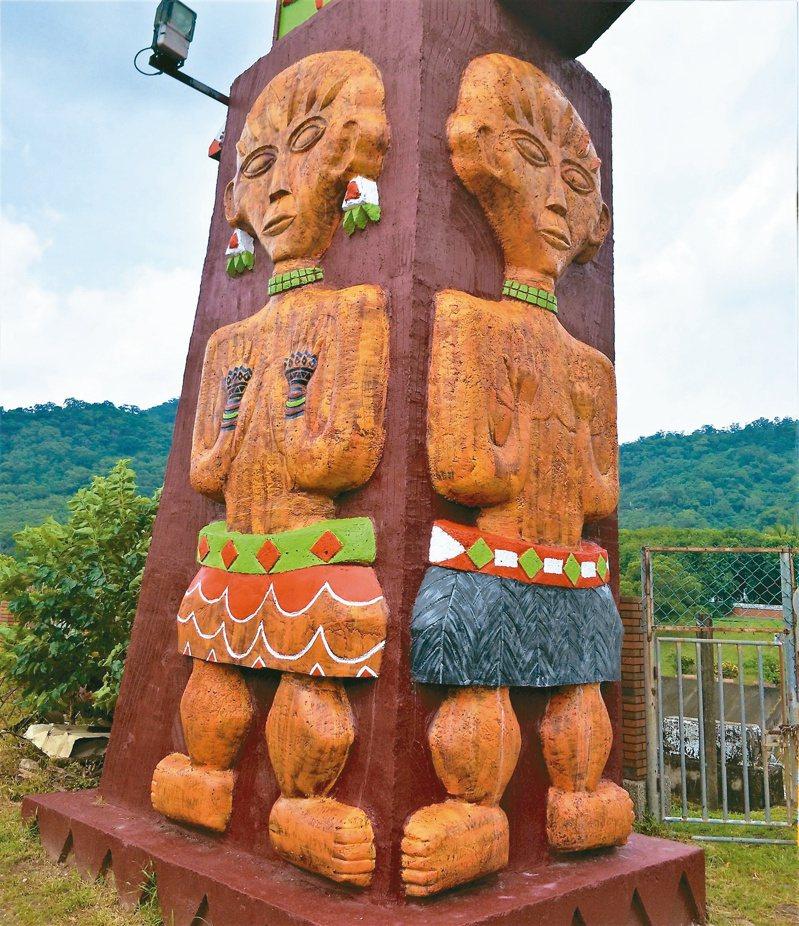 社區居民雇工為木雕穿上裙子並彩繪。記者潘欣中/攝影
