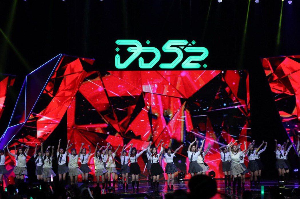 80名參賽者齊跳開場曲,場面壯觀。圖/野火娛樂提供