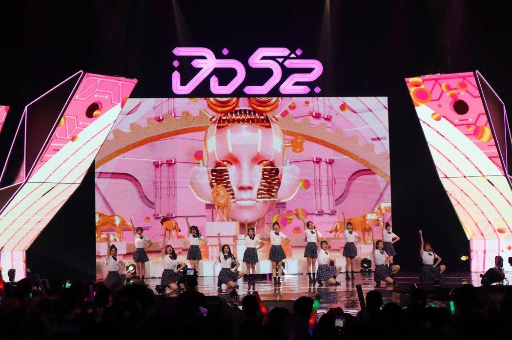 「粉紅梅花」甜美演唱「機械少女」。圖/野火娛樂提供