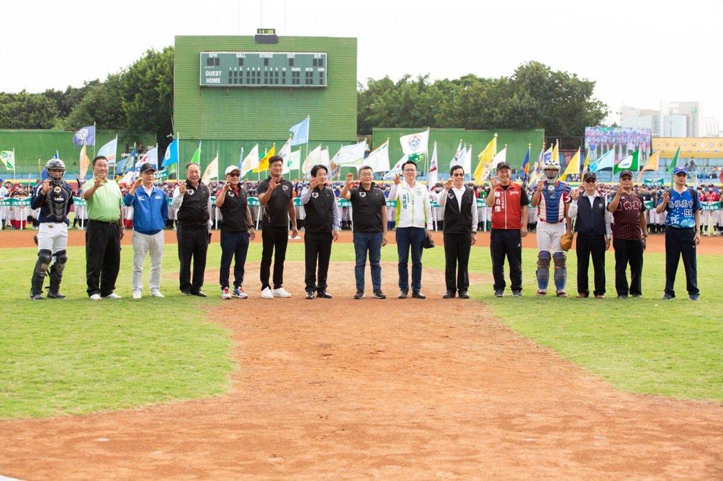 中信盃黑豹旗青棒賽開幕,副總統賴清德(左七)、中華棒球協會理事長辜仲諒(左六)及