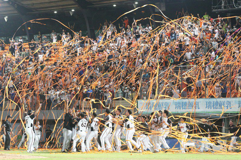統一獅贏得下半球季冠軍,拋下橘色彩帶。記者劉學聖/攝影