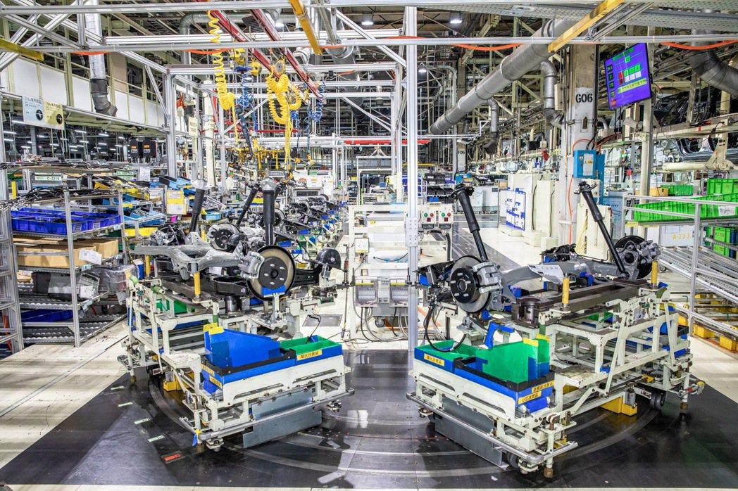 國瑞中壢廠採用大量自動化大型生產機具。 圖/和泰汽車提供