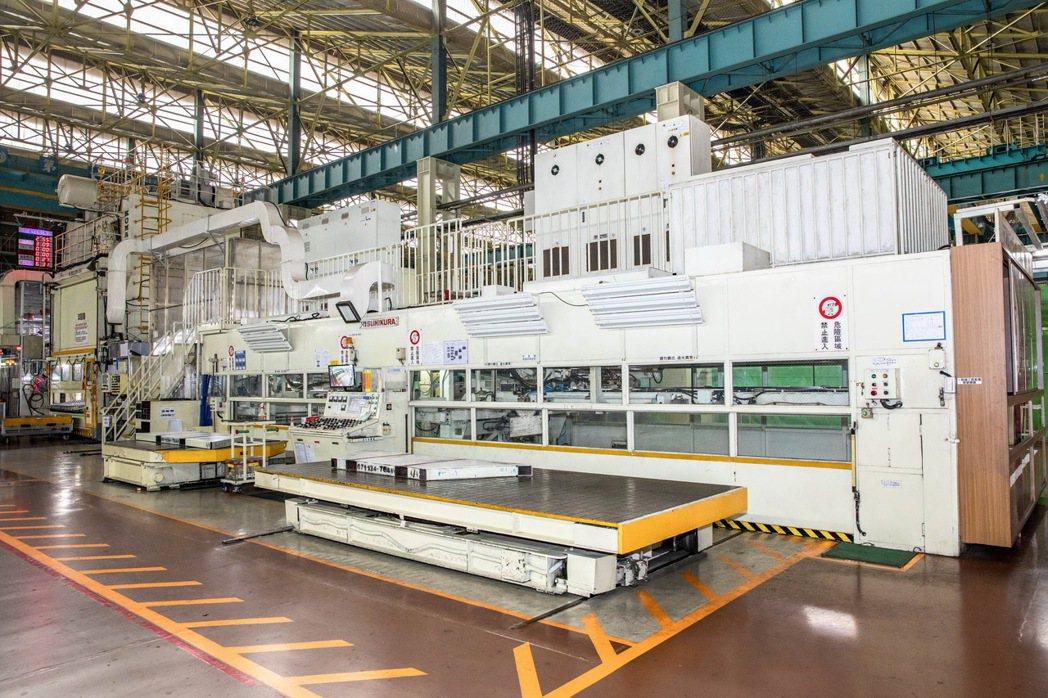 廠內擁有自己的大型鋼卷裁剪機,可以做到自給自足。 圖/和泰汽車提供