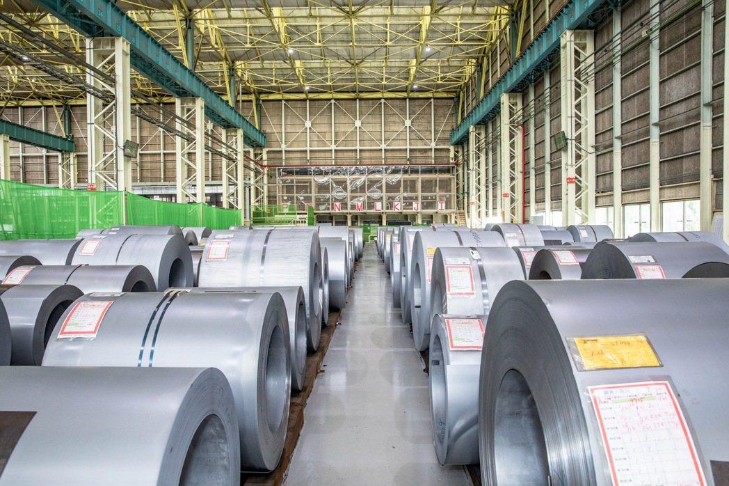 汽車廠常見的鋼卷,不以堆疊方式放置,除了能讓鋼卷不因為堆疊而影響品質外,對於工安...