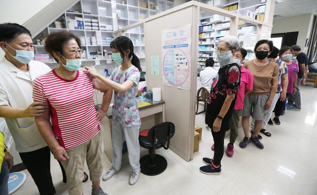 公費流感疫苗供不應求,各診所排隊人潮不斷。圖/報系資料照