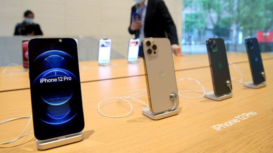 蘋果iPhone 12、12 Pro在台灣正式開賣,吸引許多果粉關注。 記者余承...