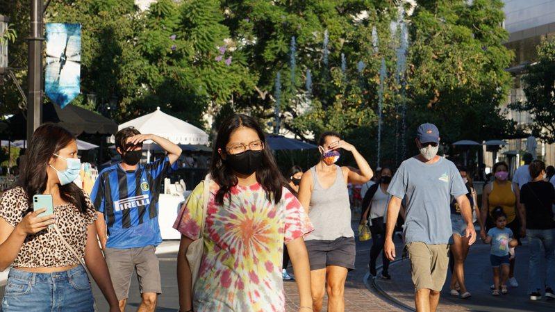 2019冠狀病毒疾病(COVID-19)疫情自3月在美國爆發以來,至今半年,戴口罩防疫的風氣逐漸普及,圖為洛杉磯的購物商場。圖/中央社資料照