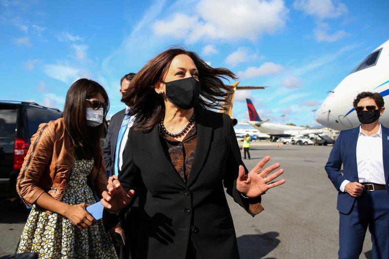 賀錦麗(Kamala Harris)昨天乘坐私人飛機,降落於亞特蘭大市(Atlanta)國際機場跑道。圖/路透社