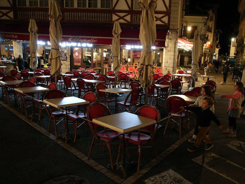 法國實施晚間9點起宵禁後,過去一週首都巴黎、法式料理之都里昂(Lyon)和其他若干城市晚間如空城,措施預計至少施行1個月。 圖/美聯社
