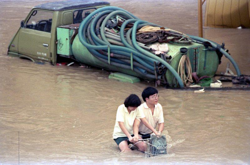 琳恩颱風過境,在台灣北部、東北部帶來驚人雨量,造成建國南、北路高架橋兩側道路積滿了汙水,民眾冒著危險涉水而過。圖/聯合報系資料照片