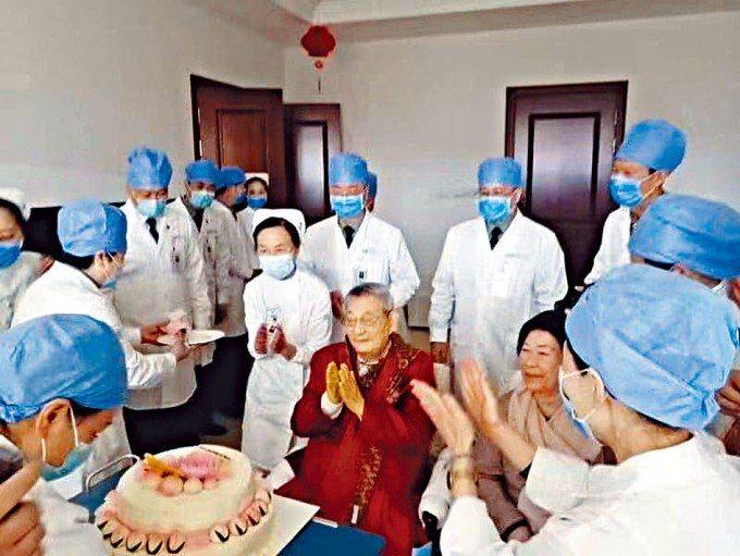 大陸網上流傳照片顯示,大陸前總理朱鎔基92歲生日在一所醫院度過,戴上口罩的醫生護...