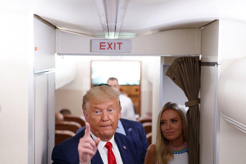 美國總統川普23日在「空軍一號」上會見記者。路透