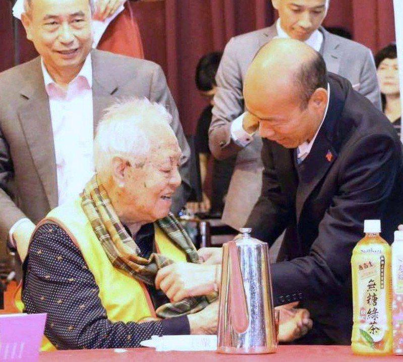 今天是農曆九月九日重陽節,高雄市前市長國瑜在臉書發文,也分享多張當市長時期與長輩的互動照片,讓網友感觸良深。翻攝自韓國瑜臉書