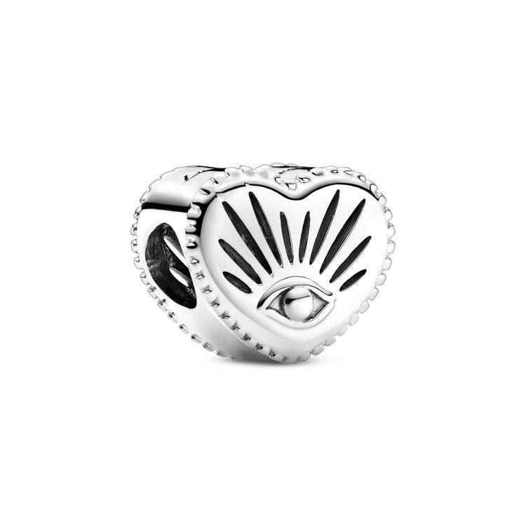 全知之眼925銀心型串飾,1,480元。圖/Pandora提供