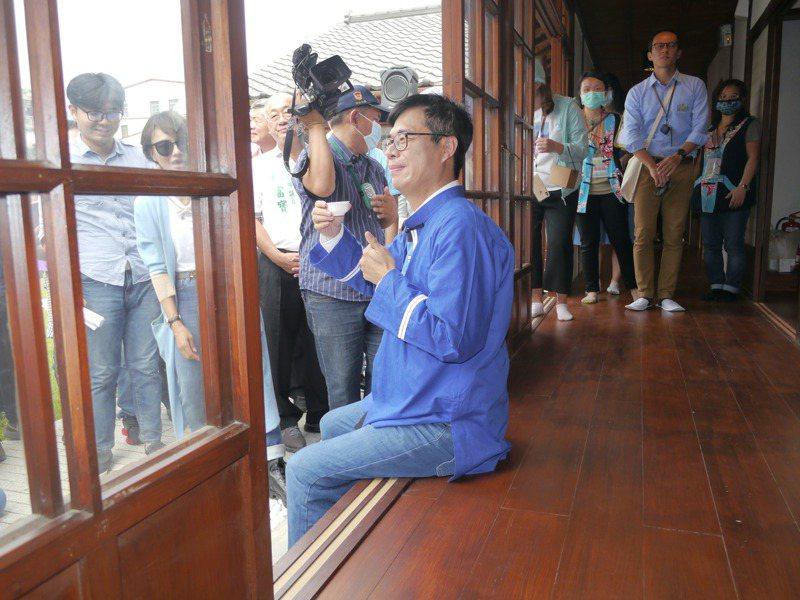 高雄市長陳其邁在剛修復完成的「池田屋」品茗,推薦風味獨特的六龜山茶。記者徐白櫻/攝影