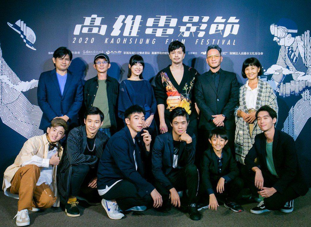 參與2020高雄電影節「高雄拍」演員合影,後排左起:廖欽亮、莊益增、潘之敏、江常...