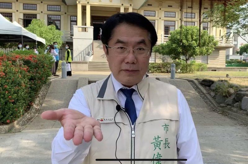 台南市長黃偉哲今天受訪時做出邀請的手勢,歡迎與高雄PK虱目魚。記者修瑞瑩/攝影