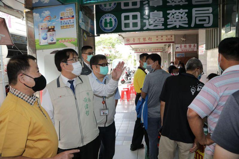 台南市長黃偉哲今天前往田邊藥局,關心已連續舉辦25年的捐血活動。圖/市府提供